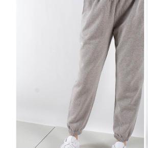 Sweatpants i grå fra Han Kjøbenhavn - str. S. Udsolgt de fleste steder.  Nypris: 1000kr