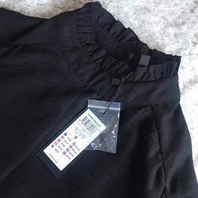 Hej  Jeg sælger den her søde skjorte som jeg fik i gave, den er helt ny med prismærke på! 🌸🌸