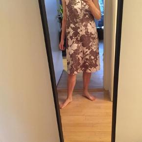 Varetype: Kjole Farve: Rosa  Bordeaux Oprindelig købspris: 2500 kr.  Fin kjole som er brugt få gange. Kvinder med større barm passer ikke kjolen da den er forholdsvis snæver om brystet. 100% polyester. Kan passes af 38 og en lille 40. Det er en italiensk 42.