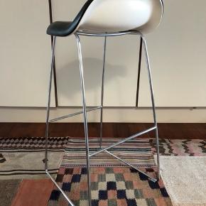 Gubi barstol, 3D. Slædestel i krom med polsteret lædersæde med hvid skal. Lettere brugsspor. Afhentes på Østerbro.