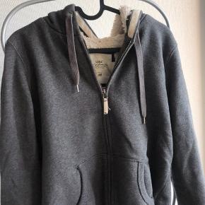 Lækreste sweater / trøje. Blødt stof på indersiden. Med hætte. Fitter også en M
