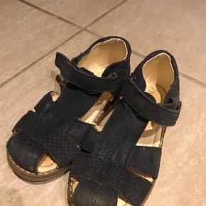 Enfant sandaler str 27. Kun prøvet én gang i ca 30 minutter. De var for store til min søn.