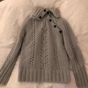 Dejlig sweater fra Filippa K. Er i størrelse M, men jeg bruger selv en S og den sidder fint. 100% uld! Perfekt til efteråret🍁