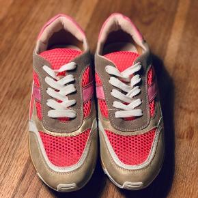 Super fede sneaks fra Vanessa Wu. Neon pink, skin og hvide snørebånd. Kun brugt 1 gang så de er super fine