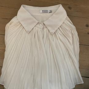 Ikonisk skjorte designet af Brigitte Bardot UK size 2 - men stor i størrelse vil sige den svarer til 36-38.