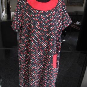 Brand: no name Varetype: Ny kjole Størrelse: xxl - xxxl/ 48 - 50 Farve: marine,hvid, rød Oprindelig købspris: 700 kr.  Skøn ny kjole jeg har fået syet hos professionel syerske. Desværre har jeg valgt en for stor størrelse, og har i mellemtiden tabt mig, så den er for stor til mig, øv! Jeg synes bare den er så sød.  Den har a - facon og har en lille lomme foran Denne facon er også god til hvis man er gravid, der er god plads til maven, men den ser ikke voldsom stor ud. Den måler over brystet: 126cm talje 144 nederste søm 186cm vidde Det er et meget lækkert stof i god kvalitet med lidt stræk i. Mønstret er med kirsebær, se foto nr.3 Jeg mener det er bomuld med lidt lycra. Noget man kan ånde i. Falder flot. Porto er sendt som pakke uden omdeling med DAO.