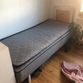 Blød seng fra Dreamzone sælges! Kun brugt som sofa med et sengetæppe på så den er pænt brugt. Overmadras følger med. 90 cm x 200 cm