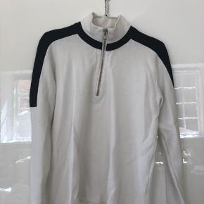 Mega fed sweater med lynlås fra Ganni. Har lidt tegn på slid, hvilket ses ved at stoffet fnulrer en del. Har selv købt den brugt.  Kom med et bud 🎈