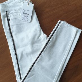 Helt nye, hvide Diva Jeans fra Pieszak. Nypris 1199, stadig mærke på. Str 28, (passer str 36/38)  Superbløde👌😊