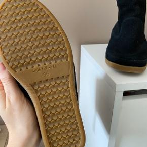 Fejler intet. Er en smule store i størrelsen, bruger normalt 36,5-37 i sko.