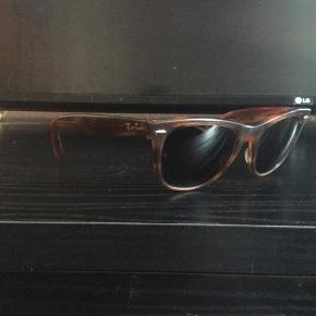 Fede vintage Ray Ban wayfarer Solbriller fra 80'erne, sælges...     Brillerne er i super fin stand for alderen. De har dog få brugsspor, hvilket må regnes med for en ca 35 år gammel solbrille..    (Se billederne, og vurder selv)    De kunne nok også godt trænge til, at blive strammet lidt, ved en optiker..     Sælges incl etui..     SE OGSÅ ALLE MINE ANDRE ANNONCER.. :D