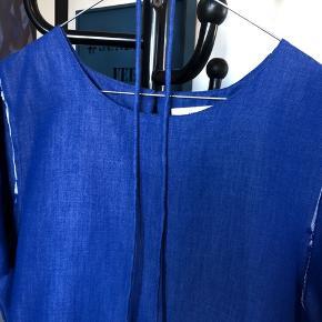 Flot kjole med lækker detalje med et åbent rygstykke. Der er et tyndt bindebånd med.