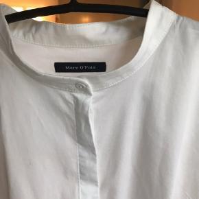 Klassisk skjorte med søde detaljer - det var et fejlkøb og er aldrig brugt. Taljeret og lavet af bomuld med lidt strerch, så den sidder superflot. Brystmål 45 cm, længde 67 cm.