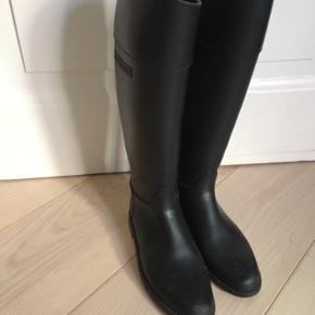 De fede gummistøvler i ridestøvle design fra Givenchy. Flotteste gummistøvler! Inkl bøljer.