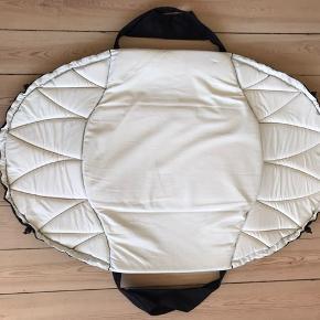 Smart lift af mærket Easycarrier (nu Najell). Kan bruges som almindelig lift eller babynest og foldes helt ud som legetæppe/madras. Der medfølger desuden sele, så den kan bæres uden hænder og man kan vugge baby i søvn. Fejler intet pånær utydelig plet i kanten af foringen.  Nypris 1099.