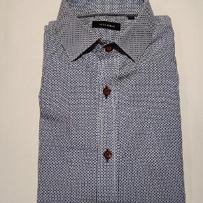 Langærmet skjorte fra Matinique. Hvid og blå med brune knapper.