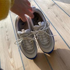 Hvide og blå Nike air max 97, som jeg kun har brugt et par gange, da de er for små. Næsten ingen brugsspor. BYD