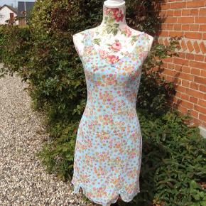 Retro underkjole/natkjole eller hvad du har lyst at bruge den til i de flotteste farver Længde ca 89 cm Bryst ca 2 x 46 cm