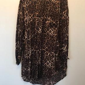 Lang skjorte leopardmønstret. Super til læderleggings.