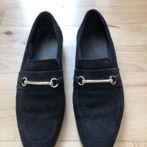 Loafers fra Vagabond i ruskind sælges. Størrelse 36. Skoene er udelukkende gået med indenfor få gange.  Skoene kan afhentes i Vejle eller sendes på købers regning. Ønskes handel via Trendsales, betaler køber omkostningerne hertil.