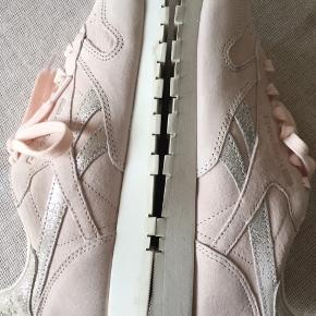 Lækre nye Reebok Classic, Pink Pale str. 37. Aldrig brugt, i original forpakning.  23,5 cm