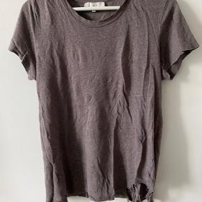 Fed t-shirt med råt slid i bunden (det er meningen, den er købt sådan).