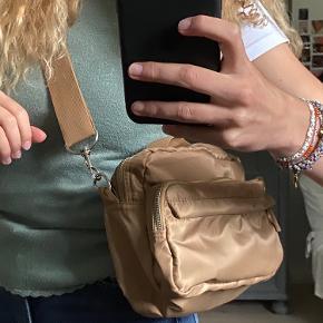 Super fed taske fra Pieces i den fedeste farve! Sælges da jeg simpelthent ikke får brugt den nok dsv!