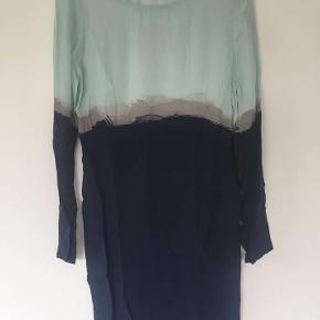 Varetype: kjole Farve: Blå  Fejler intet. Der følger en separat underkjole med justerbare stropper med. Så fin.   Sender med DAO.