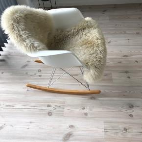 Vitra Eames RAR gyngestol i hvid - i rigtig god stand.  Tæppe medfølger ikke :)