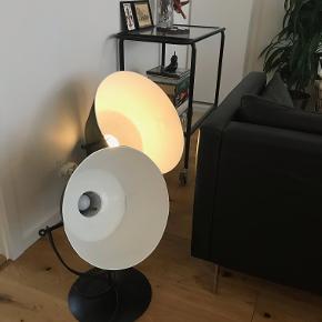 Stald-/Spotlamper i metal er fornylig blevet vasket, pudset og malet, sort udvendig og hvid indvendig.  Lille lampe D: 40 cm, H: 50 cm Pris: 500 kr.  Stor lampe D: 50 cm, H: 55 cm Pris: 700 kr.  Prisen er for dem begge, så man spare 200 kr. ved køb af dem begge