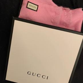 Jeg sælger mit Gucci tørklæde. Det er købt i Juli måned i år - 2020. I Gucci butikken i København. Kvittering osv haves. NP: 2800 og sælger det for 2200 :)