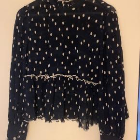 Jeg sælger denne skønne bluse fra Ganni, da jeg ikke får den brugt som ønsket. Ingen bytte. Blusen fejler intet.