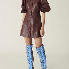 Helt ny kjole med pufærmer fra Ganni i læder.