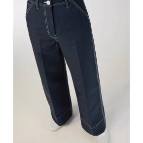 SENDER I DAG, ALT SKAL VÆK SÅ SÆLGES BILLIGT, BYD BYD BYD!!  Virkelig fine bukser fra Arket, jeg desværre må erkende nok er lidt for små. Eneste slid er at de er en smule krøllede (kan stryges væk) og at knappen der lukker bukserne sidder en smule løst (sidste billede).   Nypris var 649 kr og de sælges kun hvis det rette bud opnås.