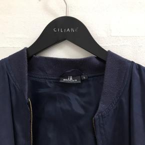 Tynd mørkeblå bomber jacket Den er 100% silke