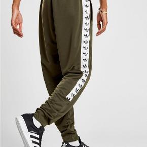 """Fede Adidas Originals bukser i str M. De er i din stand, bortset fra en lille """"knast"""" i stoffet nede ved siden af knæet. Det er dog ikke noget, man lægger mærke til.  Kan bruges af både mænd og kvinder. Giv et bud."""