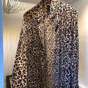 Virkelig fin skjorte fra H&M, i et tjekket leopard print.  Brugt få gange.   #30dayssellout  Virkelig blødt stof.  Str. S (herre str.)