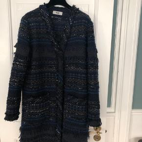 Mørkeblå jakke fra Molin Copenhagen. Fået i gave og desværre aldrig brugt. Længde til lidt over knæet.