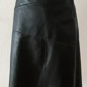 Lammeskind nederdel . Fin , glat kvalitet af lammeskind syet i patchwork effekt  .  Hofte brede - 102 cm  Talje - 79 Længde - 60 cm  Passer fint sammen med den sølv/sort bluse  som jeg har til salg ,,se annonce)