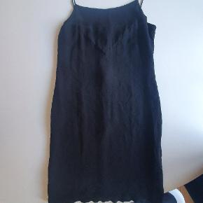 Sælger denne super fine vintage Chanel kjole. Der er ingen størrelse oplyst i kjolen, men passe af str. 36. Kjolen sælges for 3000 kr., men realistiske bud er velkommen. Flere billeder af sendes. Ved køb gennem ts betaler køber for porto og alle gebyere. Se også min andre annoncer med designer tøj.