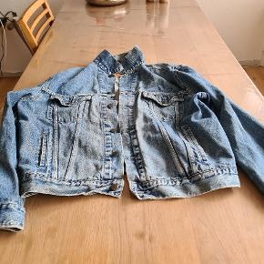 Fin jakke fra Levis str Xl sælges.  Ses og købes I Kolding! :)