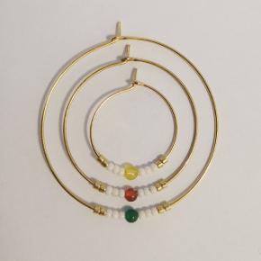 Håndlavede øreringe i forgyldt materiale. Smukke, enkle og billige. Fragt 10 kr.