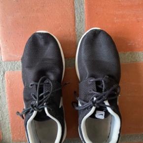 Snørebåndene er lidt slidte ude i spidserne. Der er et lille slidmærke (ikke et hul) på den ene sko. Ellers er skoene i fin stand. Stadig brugbare