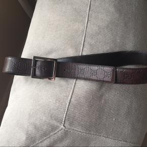 Lækkert Gucci bælte i mørkebrunt læderÆgte! Afhentes Kbh Sv eller sendes forsikret med DAO for 38kr.  OBS jeg gir mængderabat 🌸