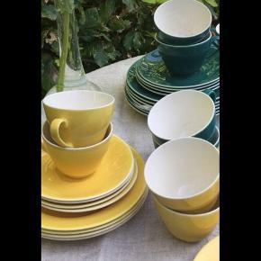 NEJ , det sælges IKKE for 10 kr Fajance, Confetti Aluminia Susanne, Royal Copenhagen/ Aluminia Velholdte Arvestykker sælges særskilt afhængig af bud excl forsendelse  ( har set 1 kop til salg for kr 275) Tilbage nu er :  5 gule kaffekopper ( ingen krakeleringer) med underkopper 2 gule kagetallerkener ( lille kantafslag på 1) 5 grønne kaffekopper (lidt   krakeleringer) med underkopper 3 grønne kagetallerkener DET GRØNNE KAGEFAD ER SOLGT Stellet kan ses / afhentes i Roskilde