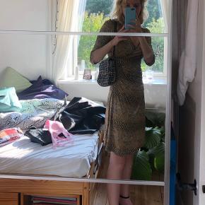 """Slangeskinsmønstret kjole Fin til fest eller i byen Der står ingen størrelse i, men passes af s Fra mærket """"Belinda"""""""