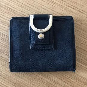 Fin pung fra Gucci, super praktisk med plads to kort, mønter og sedler..