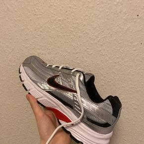 Nike Initiator i sølv, grå og sort Størrelse 44 (28 cm) Aldrig brugt