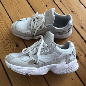 Adidas Falcon White hvide sneakers. Brugt 3 gange, desværre blev de for små efter min graviditet.