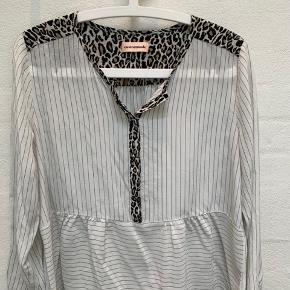 Rigtig fin skjorte.  Trænger lige til en strygning:) Har klippet mærket af men vil tro det er en small